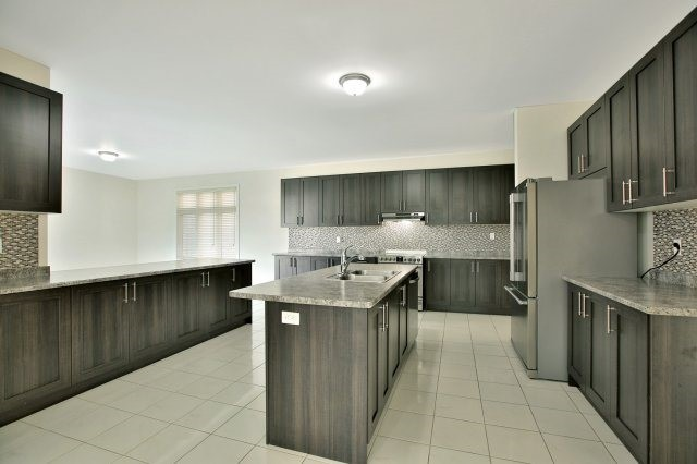 Detached at 1 Selby Cres, Bradford West Gwillimbury, Ontario. Image 2