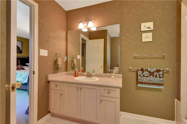 Townhouse at 326 Marble Pl, Newmarket, Ontario. Image 4