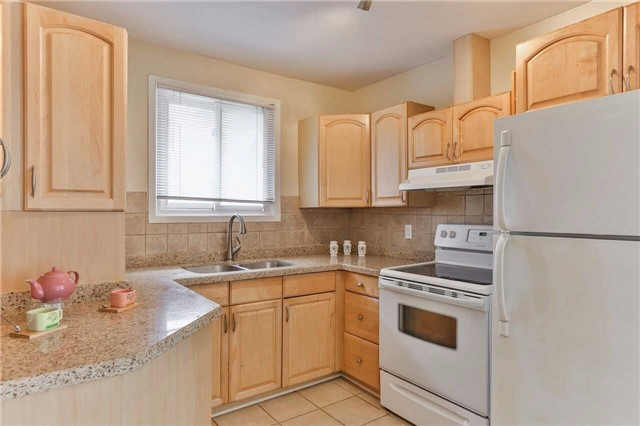 Semi-detached at 213 Alsace Rd, Richmond Hill, Ontario. Image 12