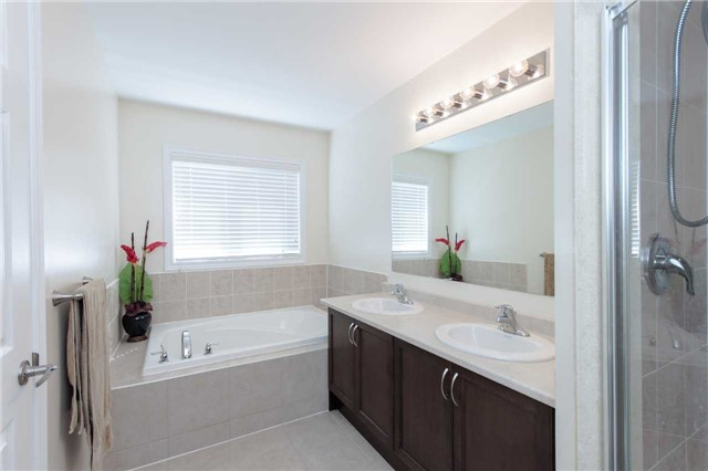 Townhouse at 14 Collin Crt, Richmond Hill, Ontario. Image 7