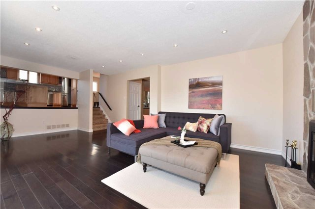 Detached at 136 Lowe Blvd, Newmarket, Ontario. Image 3