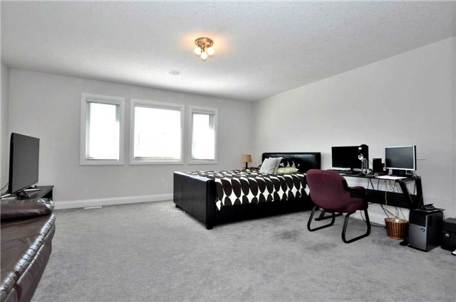 Detached at 1060 Nantyr Dr, Innisfil, Ontario. Image 5