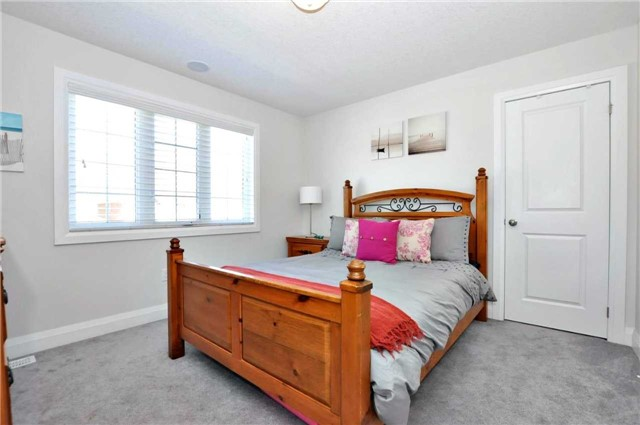 Detached at 1060 Nantyr Dr, Innisfil, Ontario. Image 7