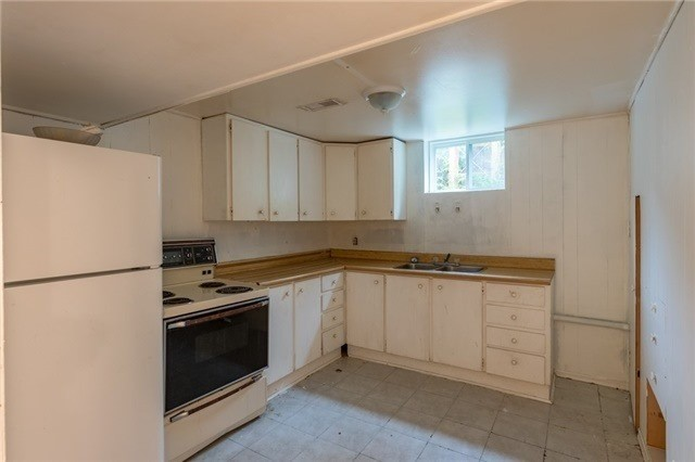 Semi-detached at 144 Maurice Crt, Newmarket, Ontario. Image 2