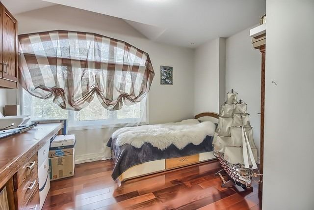 Detached at 924 Srigley St, Newmarket, Ontario. Image 3