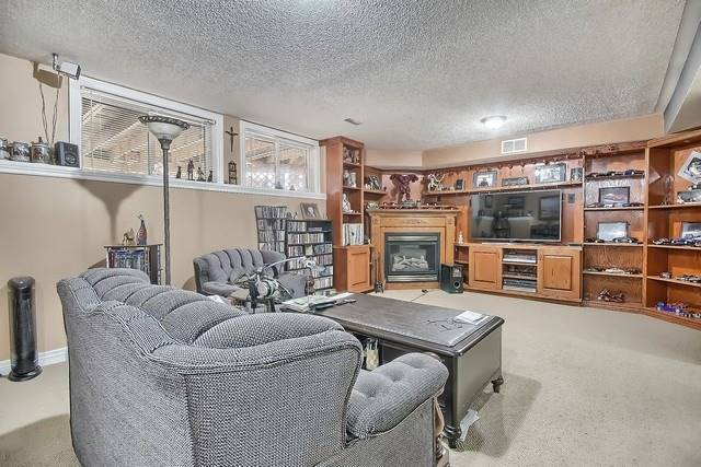 Detached at 924 Srigley St, Newmarket, Ontario. Image 10