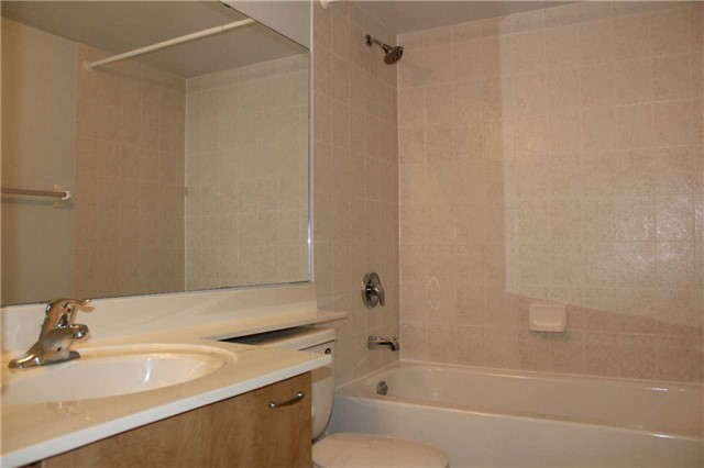 Condo Apartment at 350 Red Maple Rd, Unit 303, Richmond Hill, Ontario. Image 3