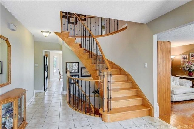 Detached at 114 Timberline Tr, Aurora, Ontario. Image 12