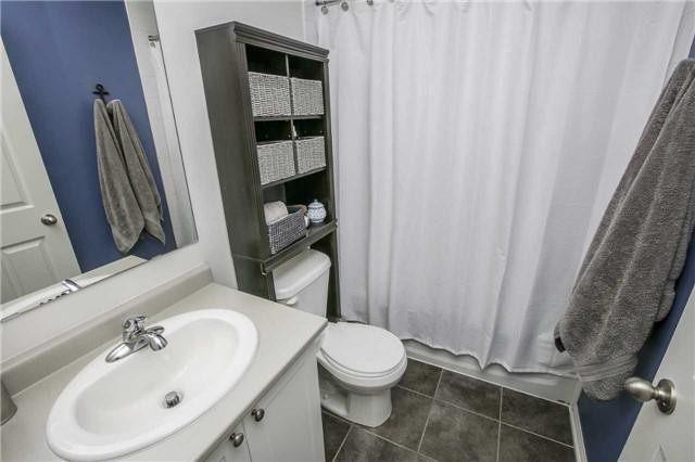 Condo Townhouse at 147 Lewis Honey Dr, Aurora, Ontario. Image 5