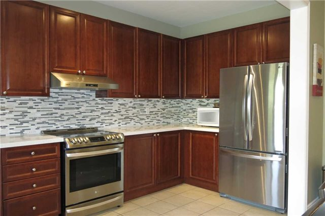 Detached at 121 Maroon Dr, Richmond Hill, Ontario. Image 2