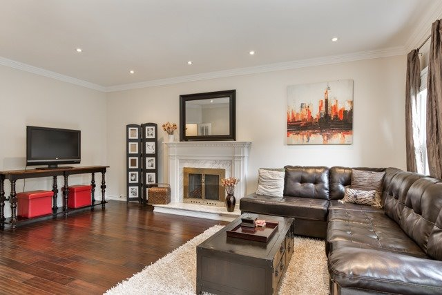 Detached at 31 Gatcombe Circ, Richmond Hill, Ontario. Image 3