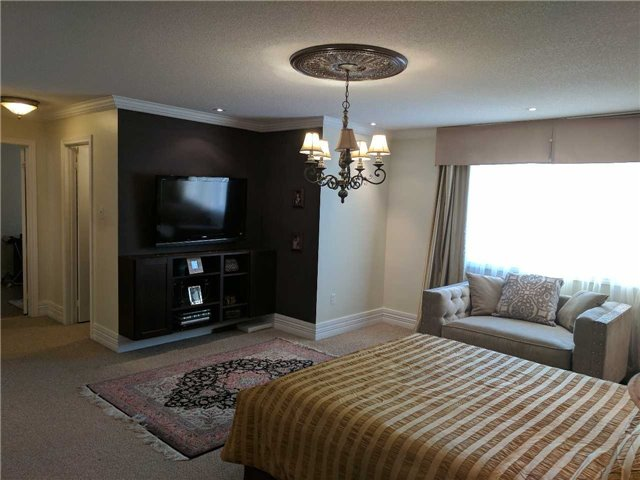 Detached at 386 Old Colony Rd, Richmond Hill, Ontario. Image 2
