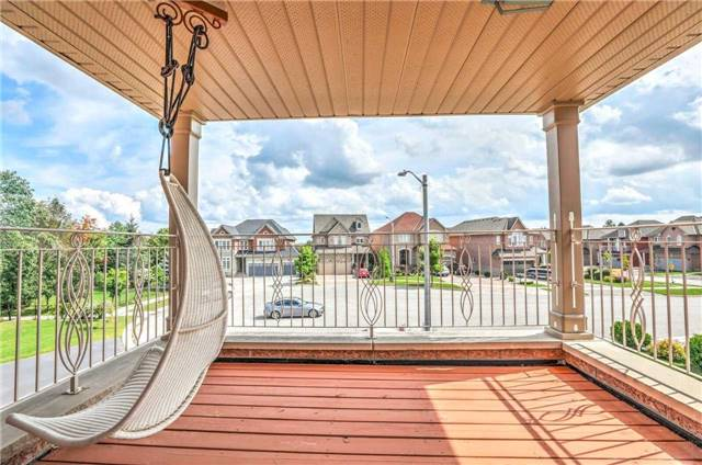Detached at 28 Heirloom St, Richmond Hill, Ontario. Image 3
