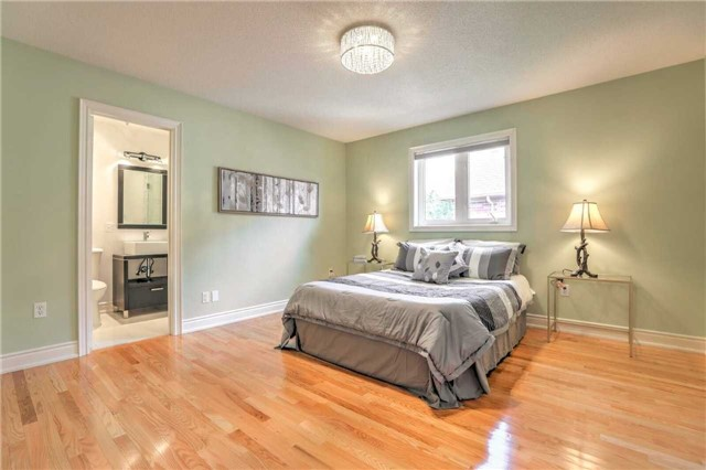 Detached at 28 Heirloom St, Richmond Hill, Ontario. Image 5