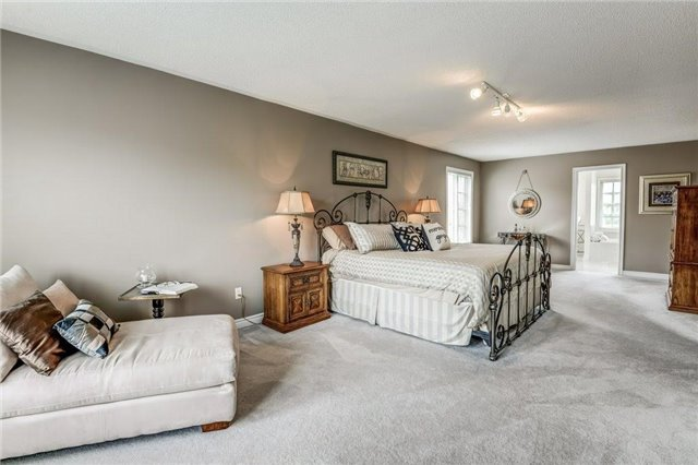 Detached at 990 Stonehaven Ave, Newmarket, Ontario. Image 6