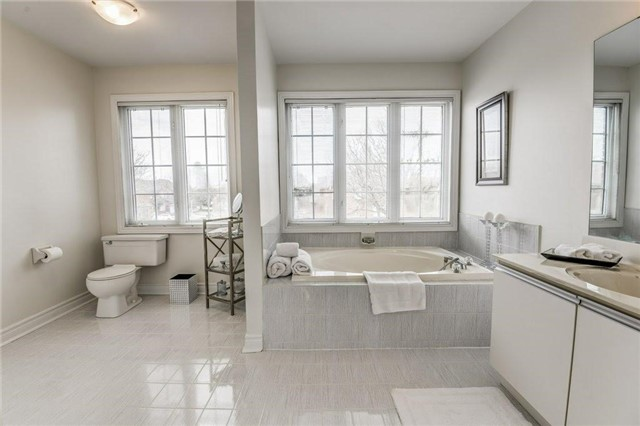 Detached at 990 Stonehaven Ave, Newmarket, Ontario. Image 7