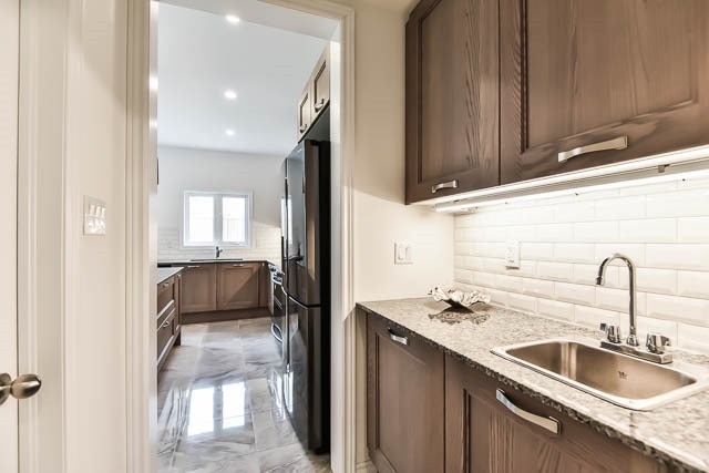 Detached at 64 Manor Forest Rd, East Gwillimbury, Ontario. Image 18