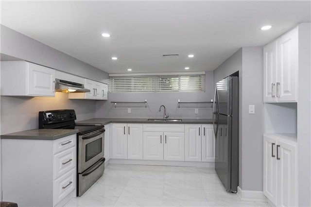 Semi-detached at 302 Demaine Cres, Richmond Hill, Ontario. Image 3
