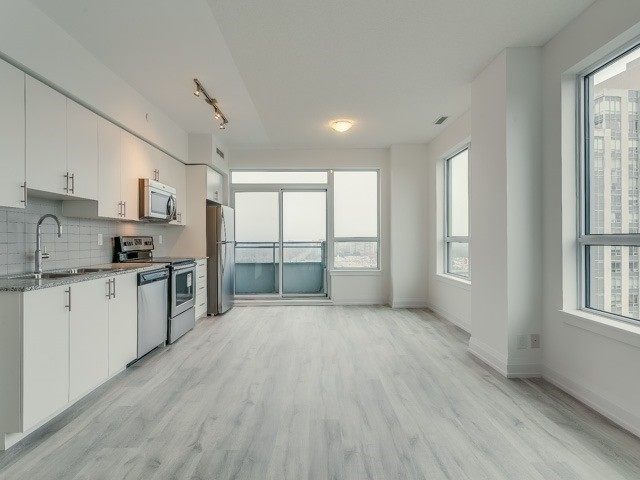 Condo Apartment at 7890 Bathurst St, Unit 1907, Vaughan, Ontario. Image 13