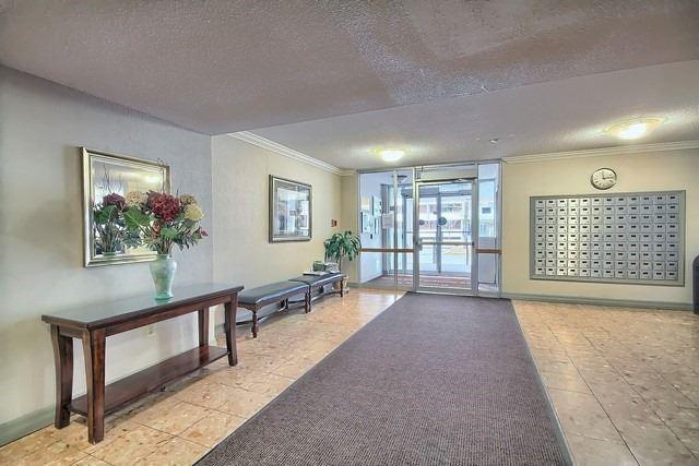 Condo Apartment at 20 William Roe Blvd, Unit 402, Newmarket, Ontario. Image 2