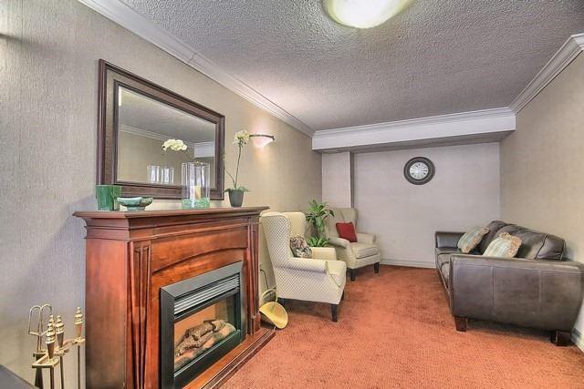 Condo Apartment at 20 William Roe Blvd, Unit 402, Newmarket, Ontario. Image 3