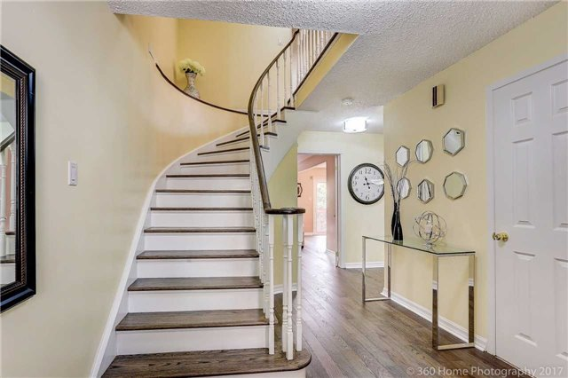 Detached at 10 Leora Crt, Richmond Hill, Ontario. Image 12