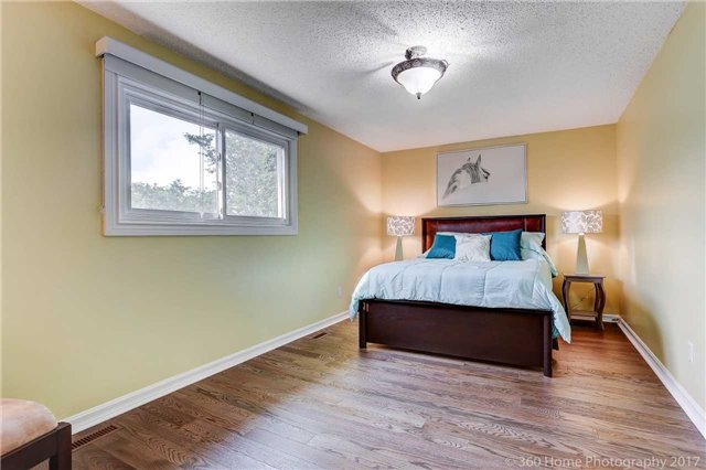 Detached at 10 Leora Crt, Richmond Hill, Ontario. Image 3