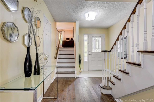 Detached at 10 Leora Crt, Richmond Hill, Ontario. Image 7