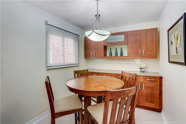 Detached at 10 Leora Crt, Richmond Hill, Ontario. Image 9