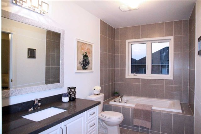 Semi-detached at 1286 Blencowe Cres, Newmarket, Ontario. Image 2