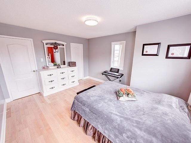 Townhouse at 12 Birdsong St, Richmond Hill, Ontario. Image 2