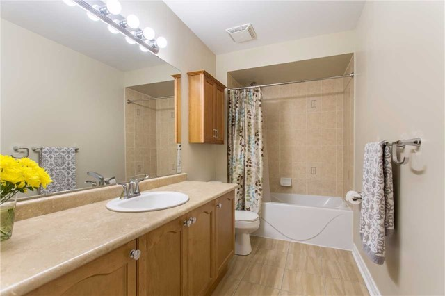 Detached at 242 Ray Snow Blvd, Newmarket, Ontario. Image 7