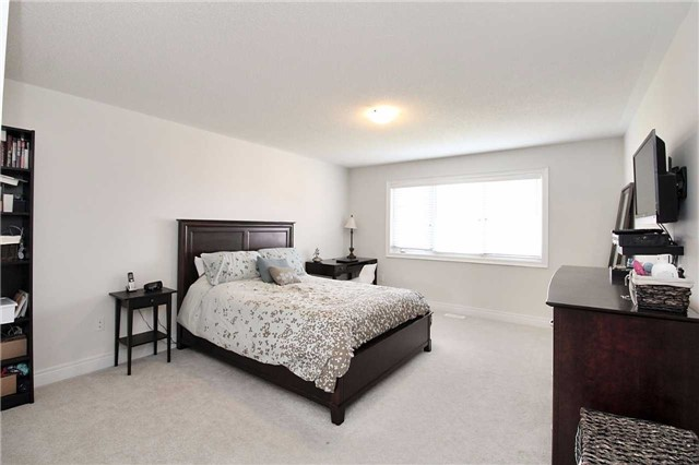 Semi-detached at 602 Sweetwater Cres, Newmarket, Ontario. Image 5