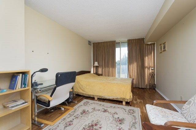 Condo Apartment at 33 Weldrick Rd E, Unit 309, Richmond Hill, Ontario. Image 2