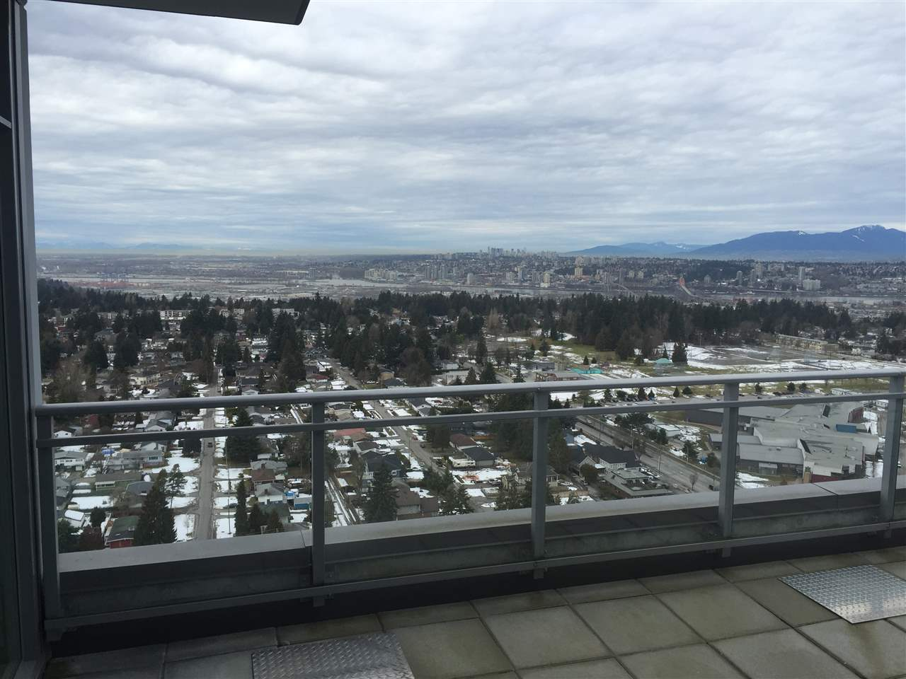 Condo Apartment at 4001 13325 102A AVENUE, Unit 4001, North Surrey, British Columbia. Image 2