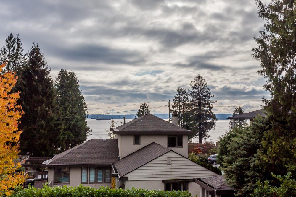 Detached at 2566 MARINE DRIVE, West Vancouver, British Columbia. Image 18