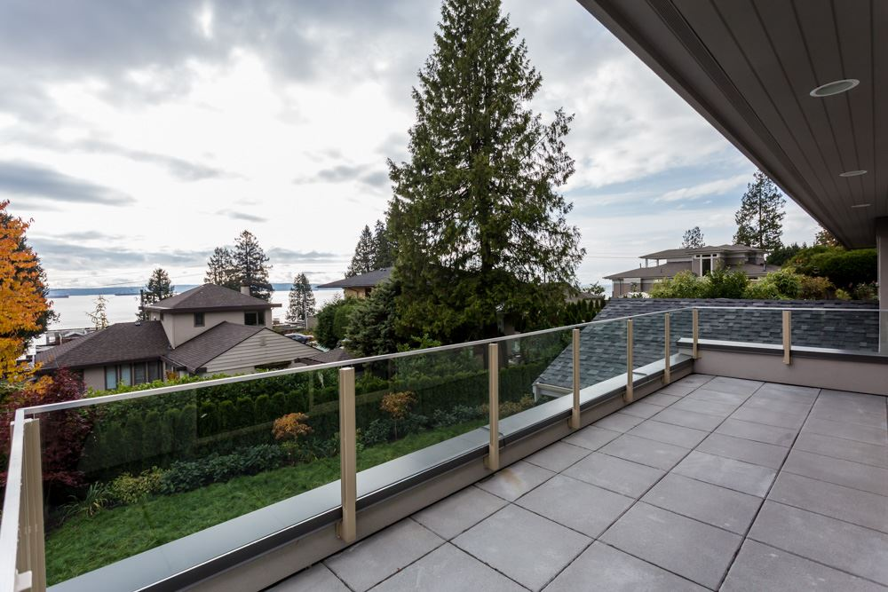 Detached at 2566 MARINE DRIVE, West Vancouver, British Columbia. Image 19