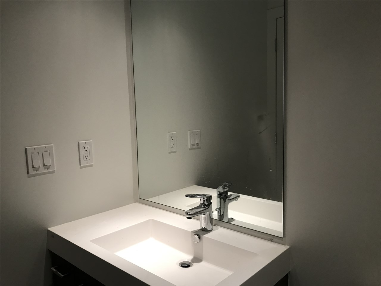 Condo Apartment at 807 9060 UNIVERSITY CRESCENT, Unit 807, Burnaby North, British Columbia. Image 13