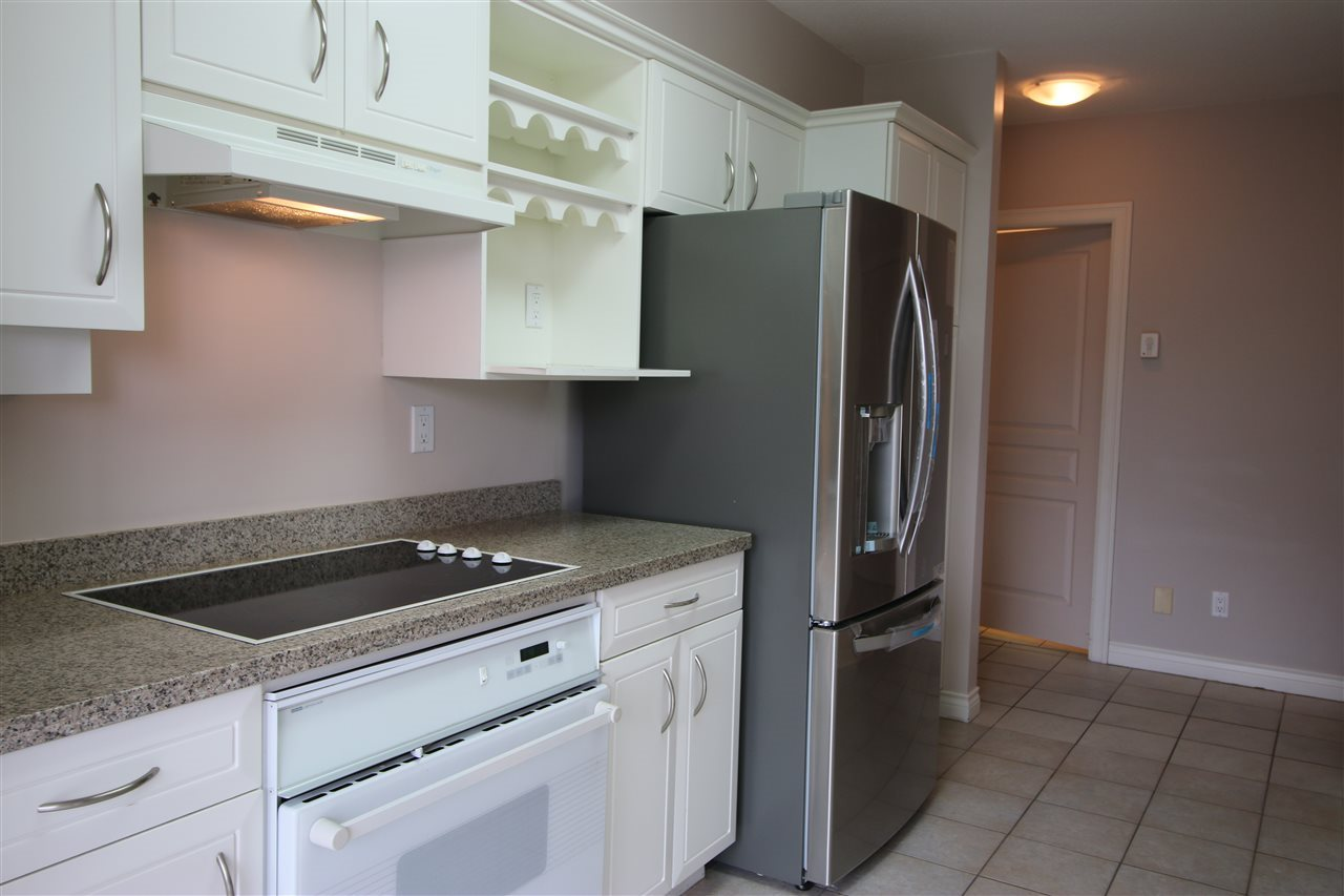 Condo Apartment at 202 588 16TH STREET, Unit 202, West Vancouver, British Columbia. Image 4