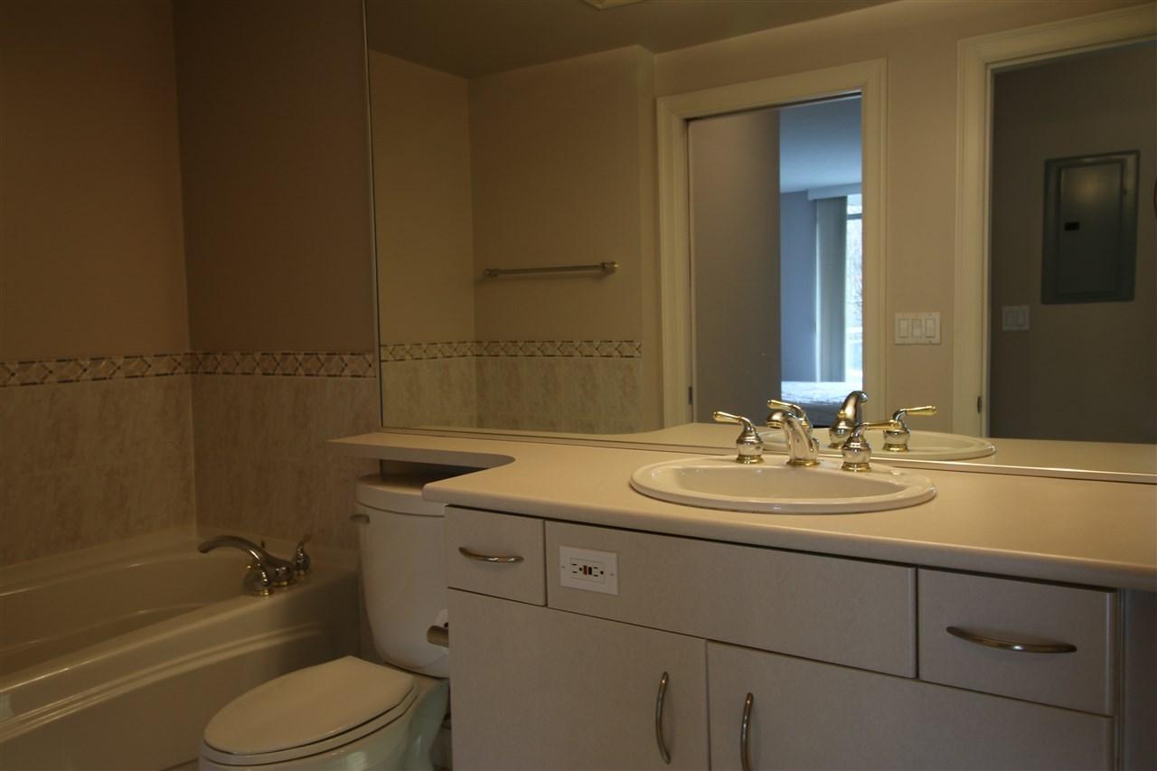 Condo Apartment at 202 588 16TH STREET, Unit 202, West Vancouver, British Columbia. Image 5