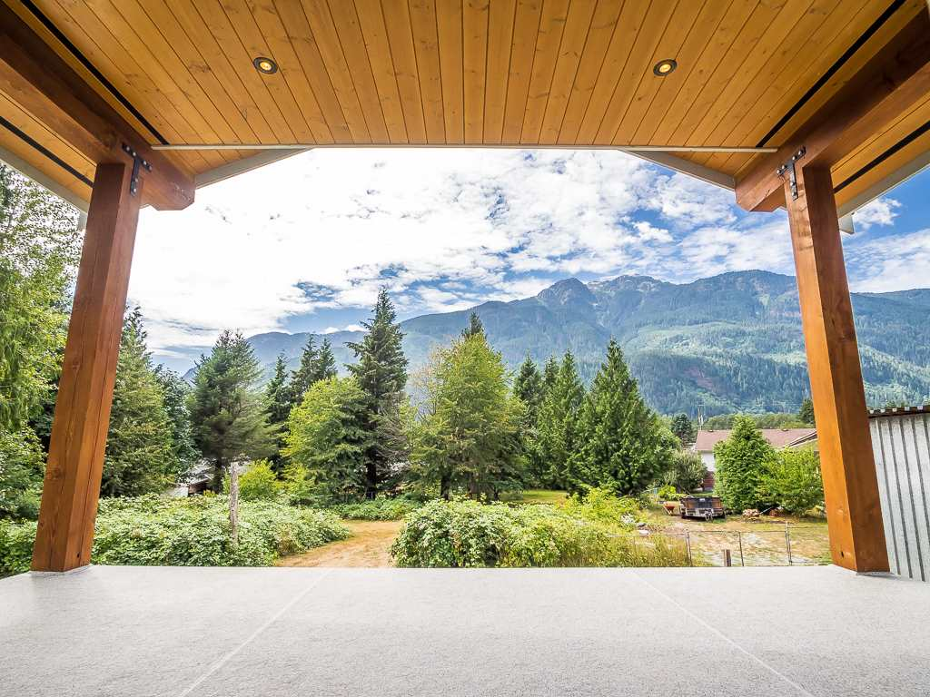 Half-duplex at 41875 GOVERNMENT ROAD, Squamish, British Columbia. Image 8