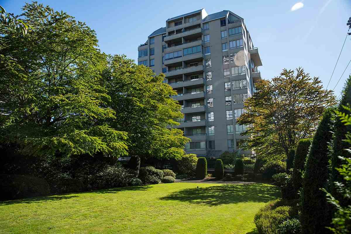 Condo Apartment at 401 1485 DUCHESS AVENUE, Unit 401, West Vancouver, British Columbia. Image 1