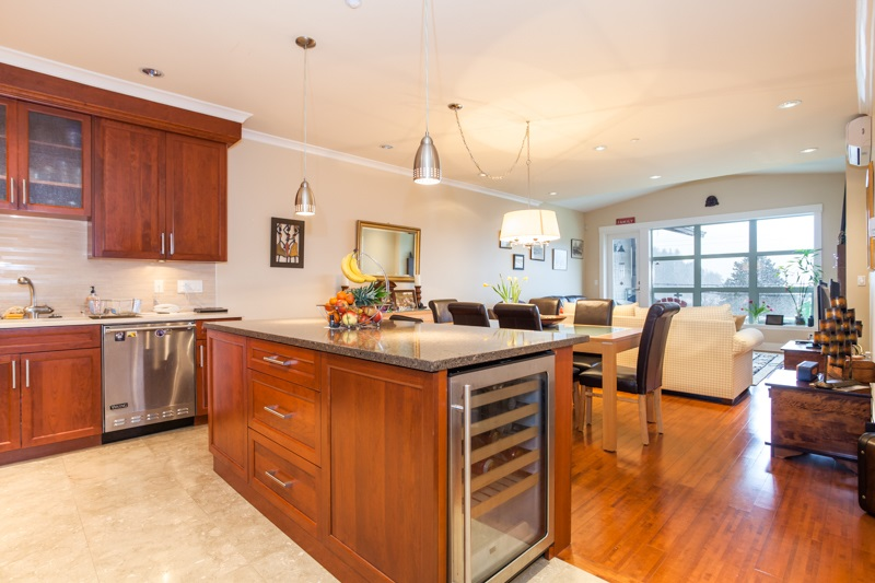 Condo Apartment at 202 6688 ROYAL AVENUE, Unit 202, West Vancouver, British Columbia. Image 6