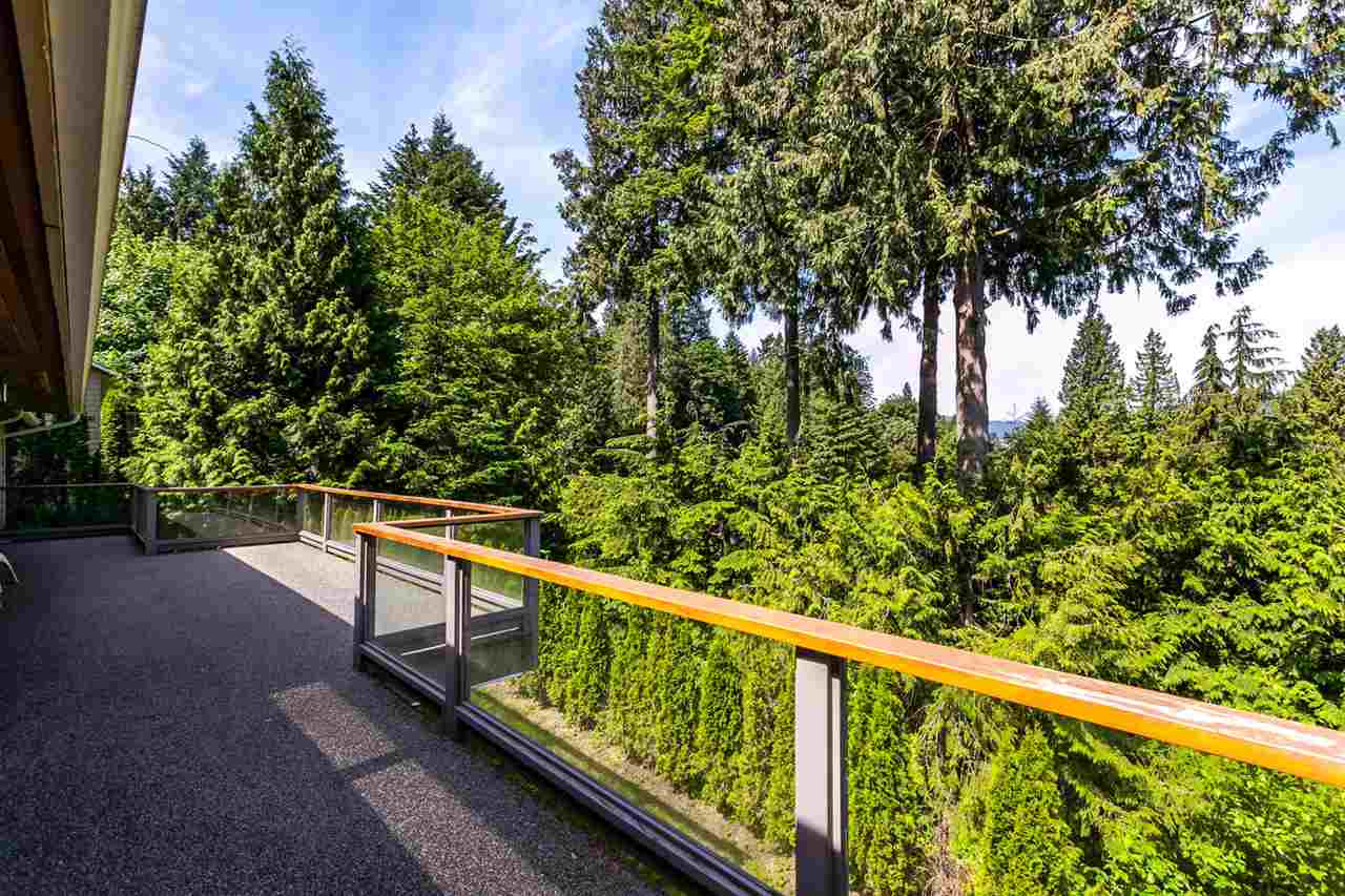 Detached at 5535 GREENLEAF ROAD, West Vancouver, British Columbia. Image 2