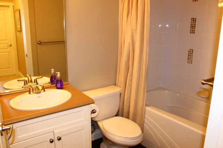 Condo Apartment at 114 1787 154 STREET, Unit 114, South Surrey White Rock, British Columbia. Image 16