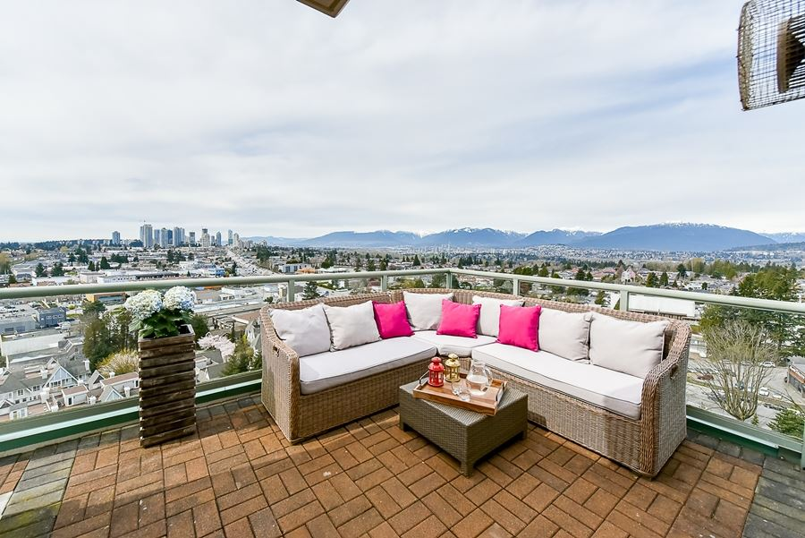 Condo Apartment at 1802 6622 SOUTHOAKS CRESCENT, Unit 1802, Burnaby South, British Columbia. Image 14