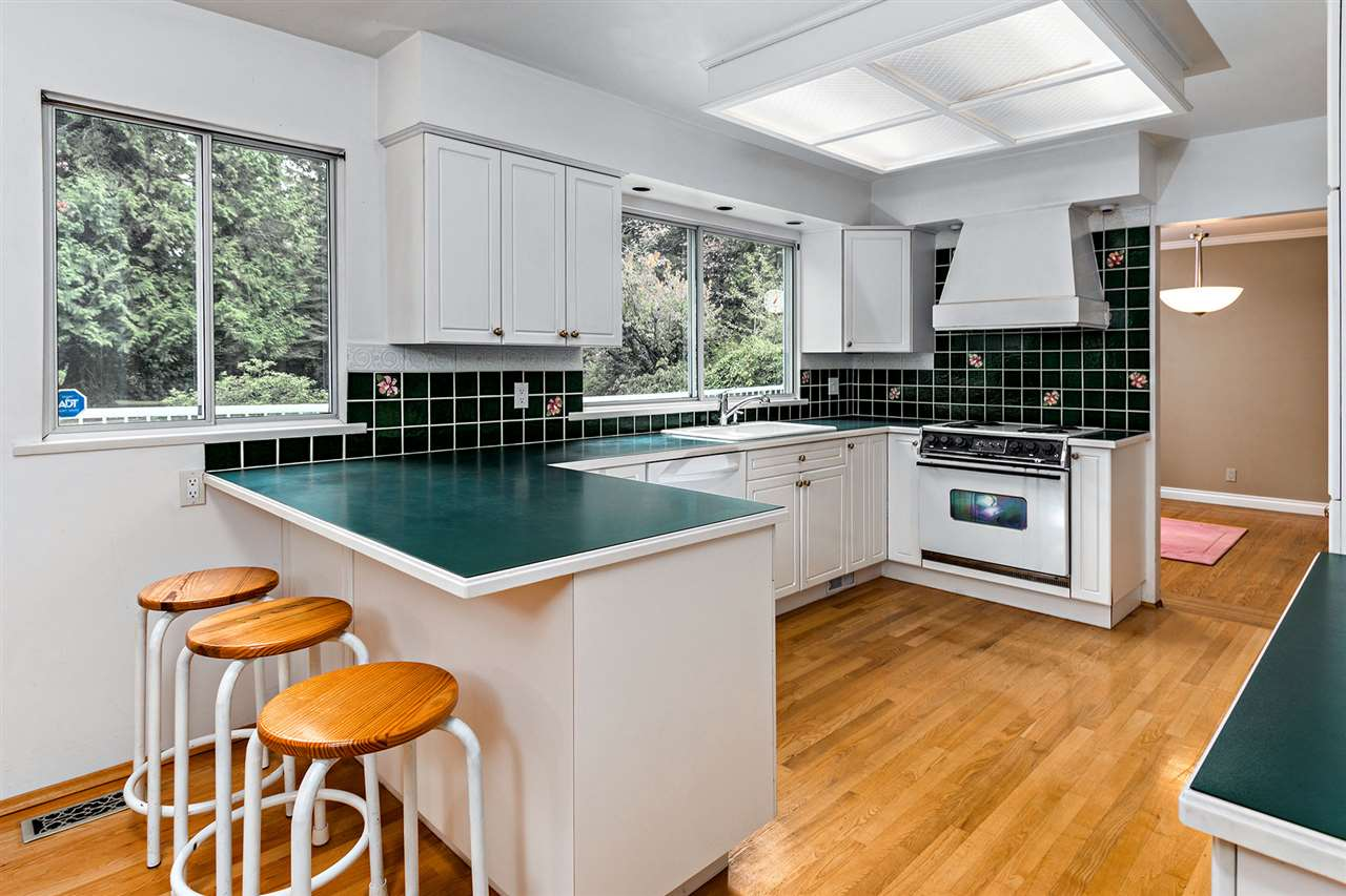 Detached at 3023 BALSAM CRESCENT, South Surrey White Rock, British Columbia. Image 4