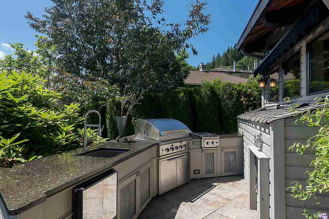 Detached at 2594 PANORAMA DRIVE, North Vancouver, British Columbia. Image 18