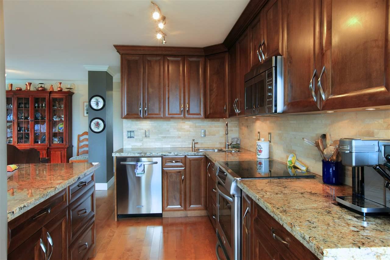 Condo Apartment at 302 460 14TH STREET, Unit 302, West Vancouver, British Columbia. Image 4