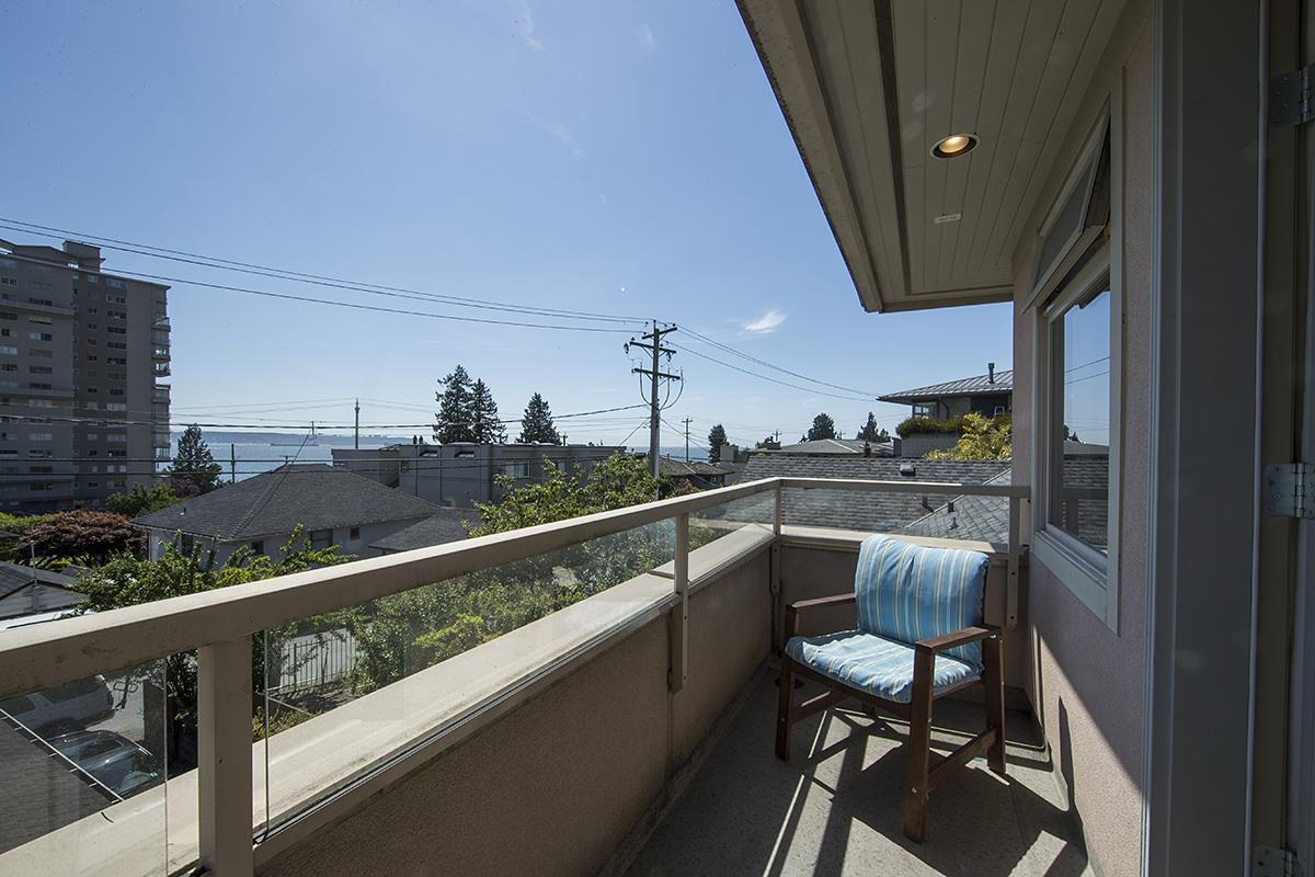 Half-duplex at 2376 MARINE DRIVE, West Vancouver, British Columbia. Image 12